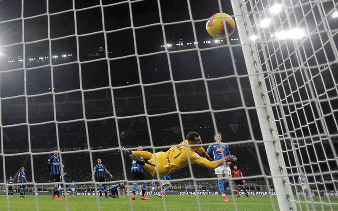 Napoli se hizo fuerte en Milan ante el Inter de Lautaro