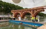 El artista Olivier Grossetête construyó en cartón el proyecto incumplido de Miguel Ángel de un puente sobre el río Tíber de Roma