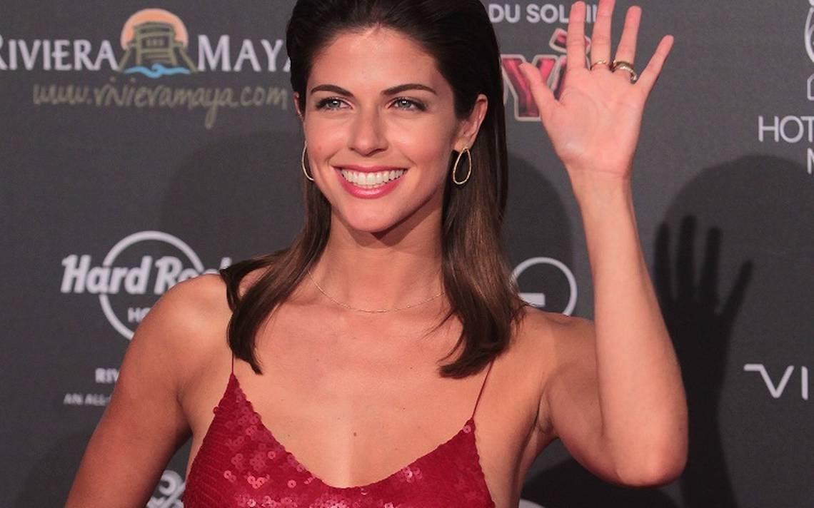 La actriz peruana Stephanie Cayo saluda a la prensa durante la alfombra roja de los Premios Platino.png