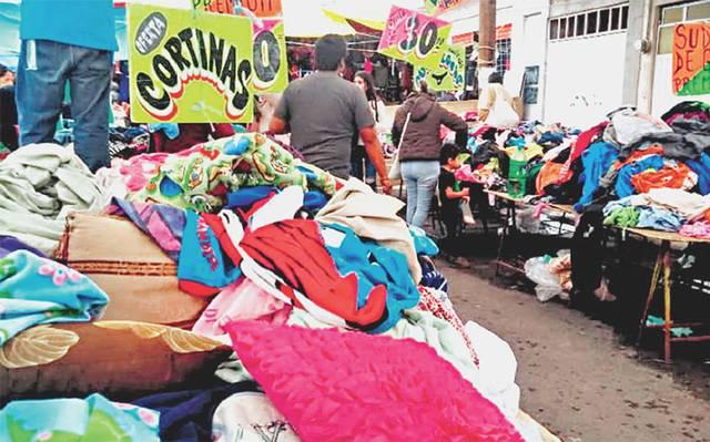 856edaa64 Colchas, sábanas, cobijas, almohadas, cortinas, zapatos, ropa exterior de  todas las tallas y texturas, y hasta ropa interior se encuentra con los  vendedores ...