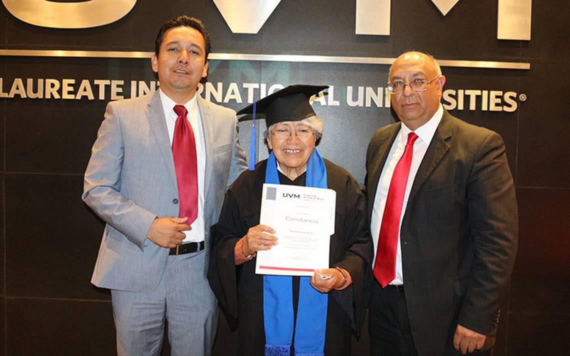 se-gradua-a-los-75-años.JPG
