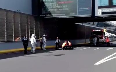 Video] Hombre se lanza de puente en la Terminal 1 del AICM y