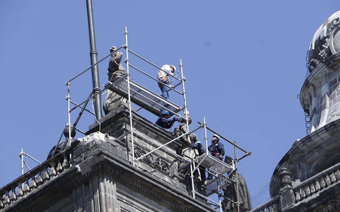 Retiran las esculturas de la Catedral dañadas por el sismo