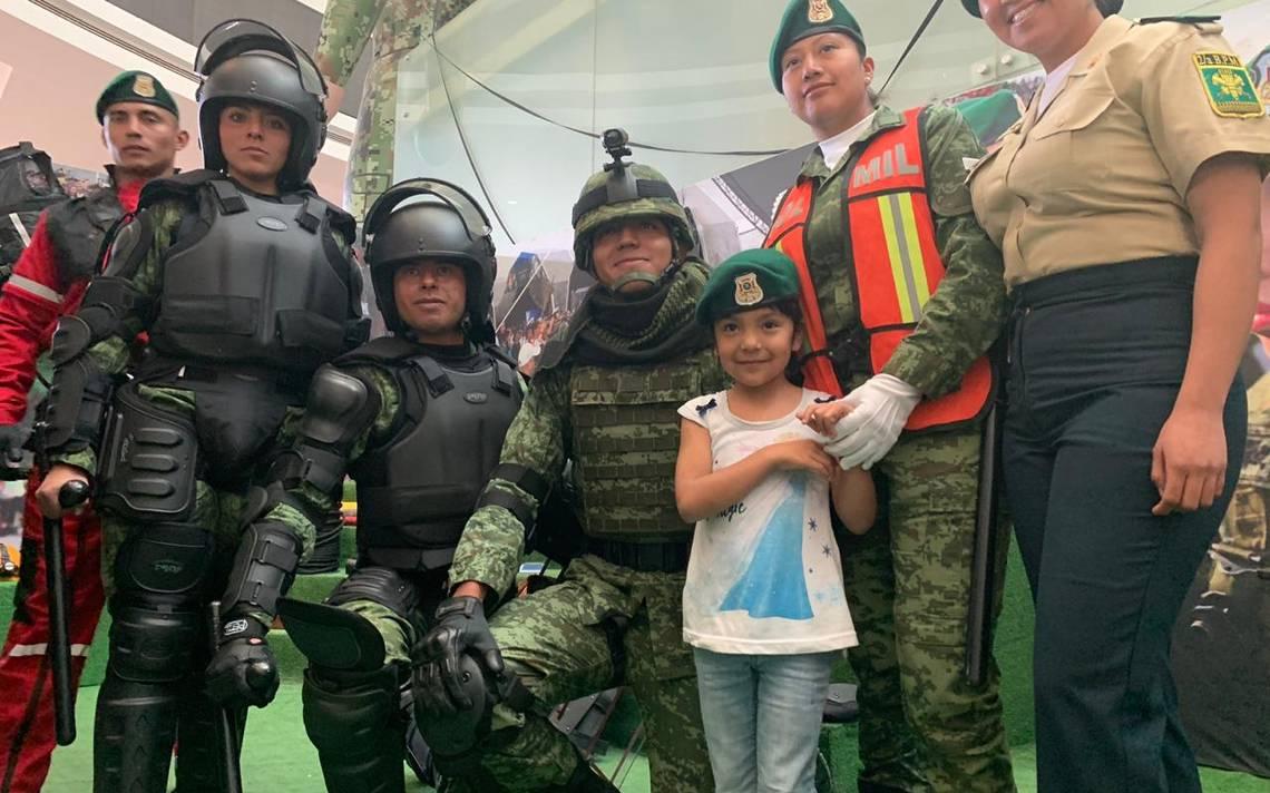 personas tomándose una foto en la exposición La Gran Fuerza de México