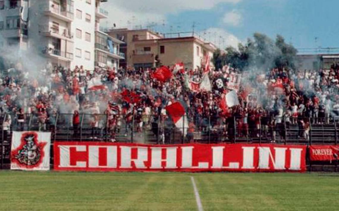 italia-futbolista-orina-sancion-tribuna.jpg