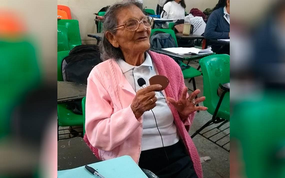 Abuelita de 96 años sorprende a preparatorianos al ser ¡su compañera ...