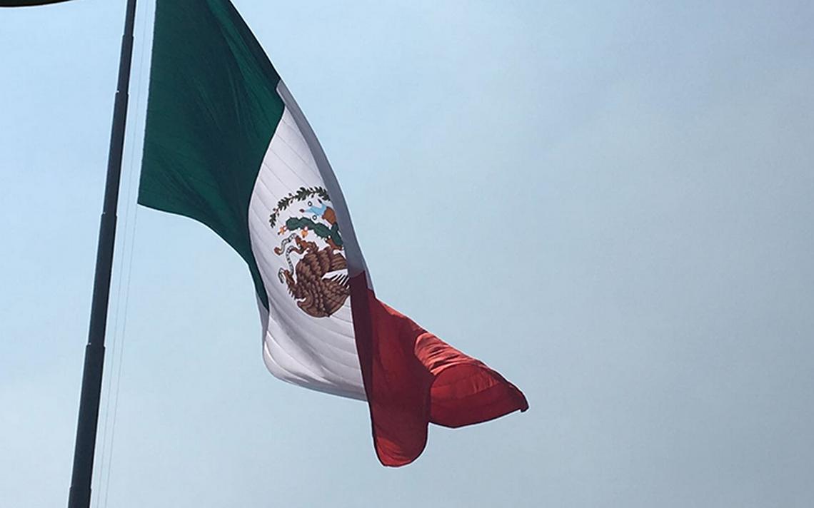 En el Día de la Bandera izan el símbolo patrio con el escudo al ...