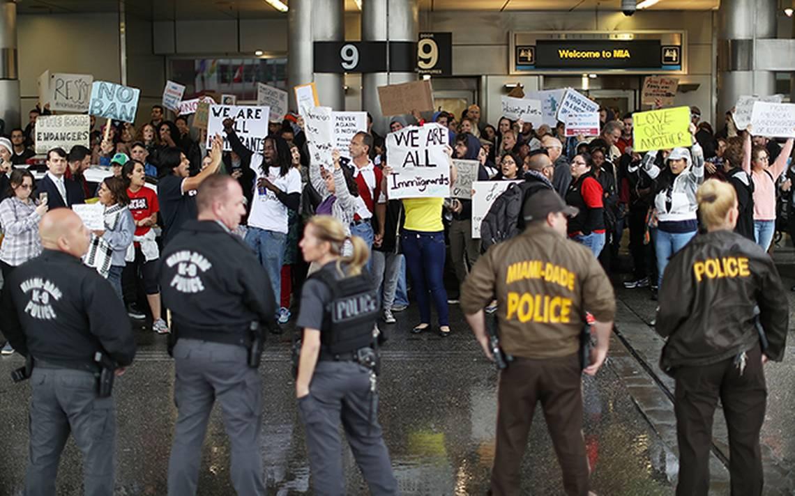 manifestantes-aeropuerto-miami-migra-afp