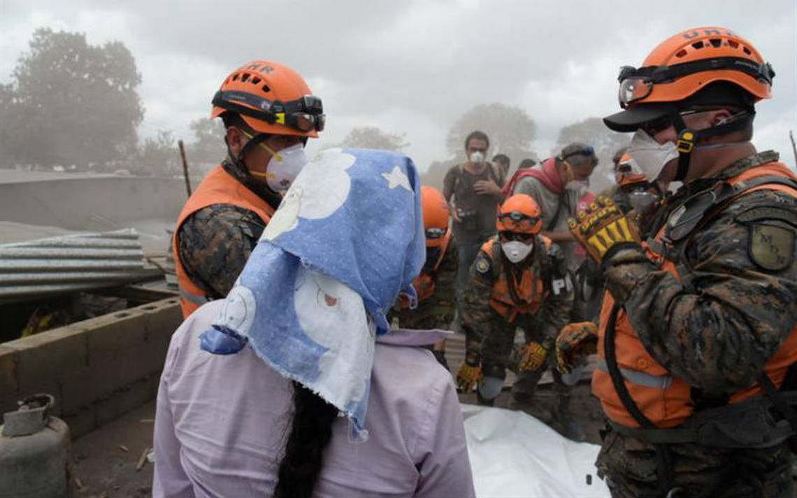 Volcán de Fuego de Guatemala continúa activo y reanudan búsqueda de ...